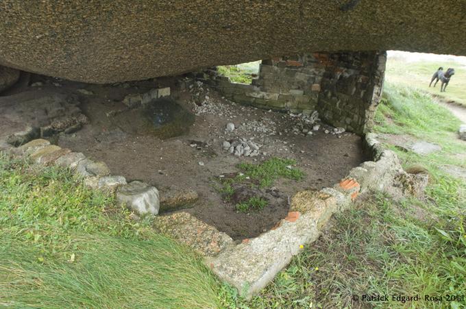 Sous la masse granitique, un foyer de vie