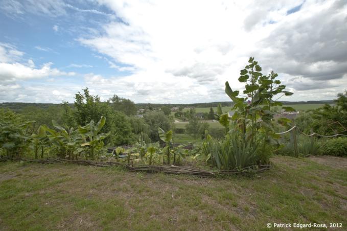 Jardin arboré en terrasse qui surplombe la vallée et borde le coteau troglodytique
