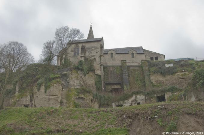 Une église au bord du gouffre