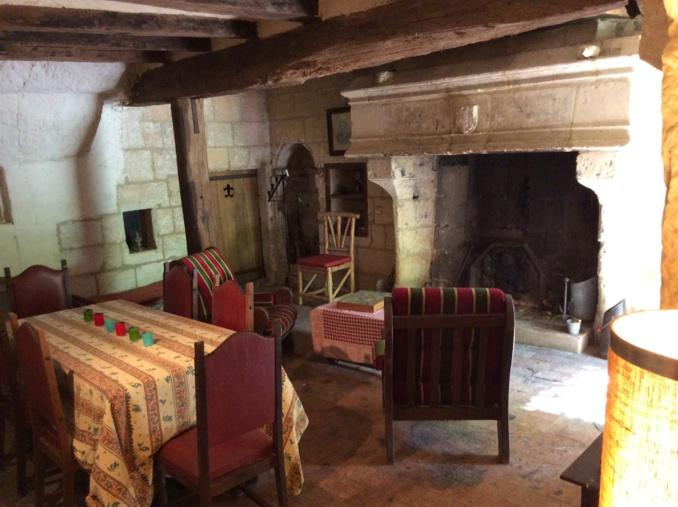 un salon sou roche avec cheminée grandiose d'époque