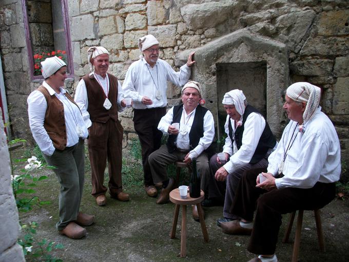 Bertrand Ménard est le troisième personnage à partir de la gauche.
