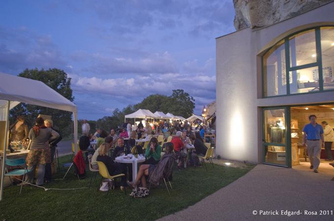 La terrasse du Bistroglo toujours fidèle aux rendez vous était particulièrement animée en ce soir d'été. Point de répit pour les organisateurs tous occupés à parfaire une organisation bien rodée par la tenue des marchés précédents.
