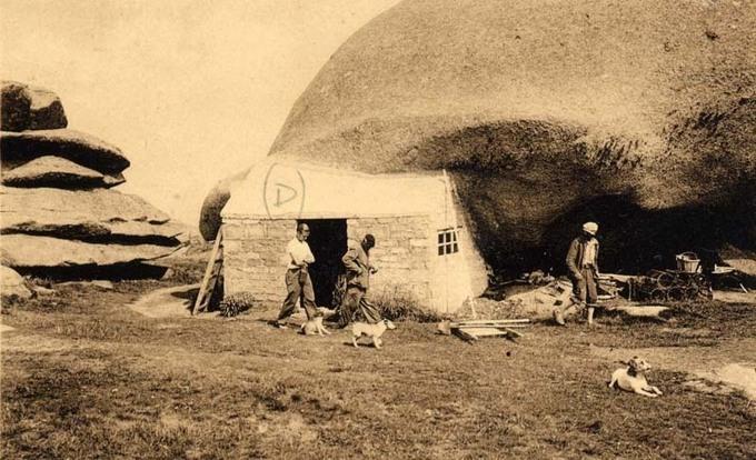 """La """"maison de Zantig"""" accolée au rocher"""