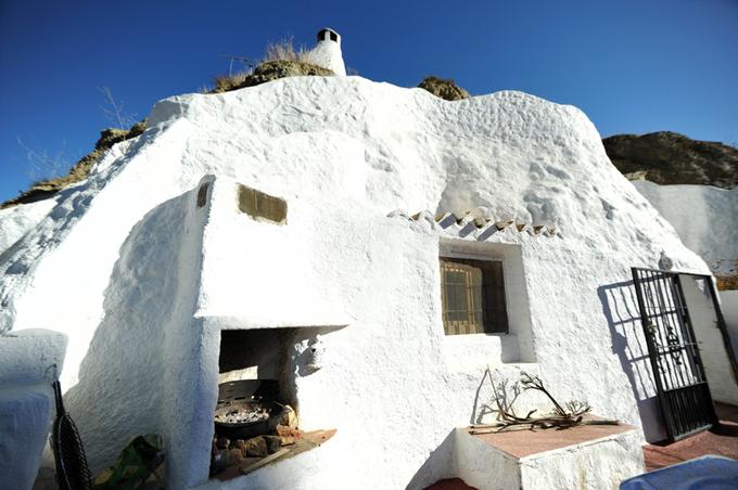 La façade de la cueva des Amandiers, à la lisière de la ville, en haut du barrio de las cuevas.