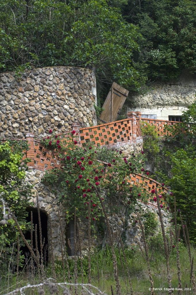 Un escalier de briques rouges qui attire le regard