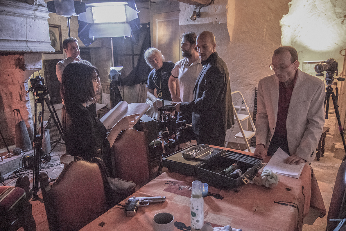 Equipe en plein préparatifs pour le tournage d'une scène en intérieur. Au premier plan de gauche à droite : Cindy Ducouret (actrice), Morhad Mekhaneg (acteur), Marc Lefebvre (acteur). Au second plan de gauche à droite : Luc Toussaint (réalisateur), Guy Gauthier (1er assistant-réalisteur), Christophe Bertaux (chef-opérateur).